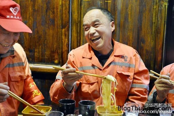 chieu dai bua trua mien phi cho 180 cong nhan ve sinh3  Chiêu đãi 180 phần ăn miễn phí cho công nhân vệ sinh