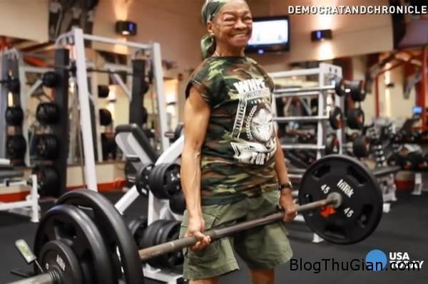 cu ba 77 tuoi van tap ta chong day khoe nhu thanh nien Cụ bà 70 tuổi có thân hình rắn chắn hơn thanh niên nhờ hàng ngày tập tạ