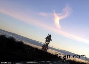 dam may hinh thien than dang doi canh dieu ao tren bau troi 300x217 Đám mây hình thiên thần trên bầu trời