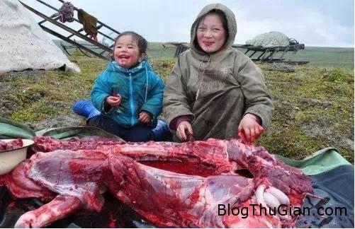 rung minh canh bo toc an thit ca song va uong mau tuoi3 Tập tục uống máu tươi ăn thịt sống khiến ai cũng phải rùng mình