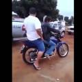 Thanh niên này chắc éo bao h dc đi nhờ xe =)))