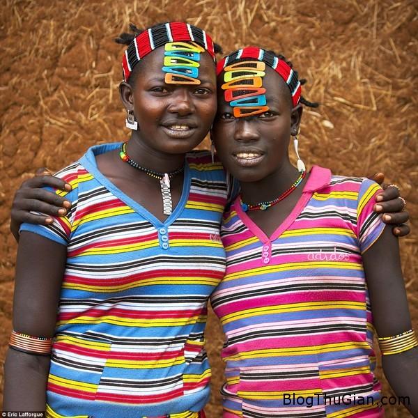 trao luu gai cap toc sac so chang giong ai cua thanh nien chau phi Thời trang kẹp mái nhìu màu sắc không giống ai của bộ tộc Bana
