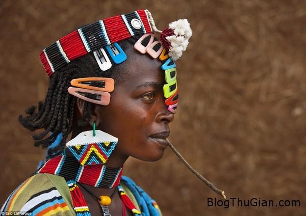 trao luu gai cap toc sac so chang giong ai cua thanh nien chau phi2 Thời trang kẹp mái nhìu màu sắc không giống ai của bộ tộc Bana