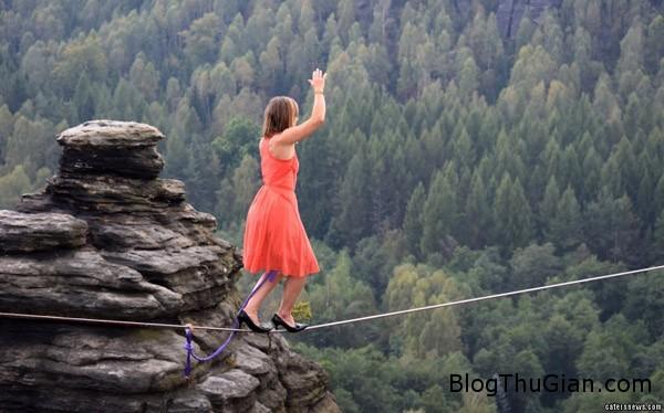 woman 5214 1420617946 Cô gái dũng cảm đi trên dây thừng bằng giầy cao gót