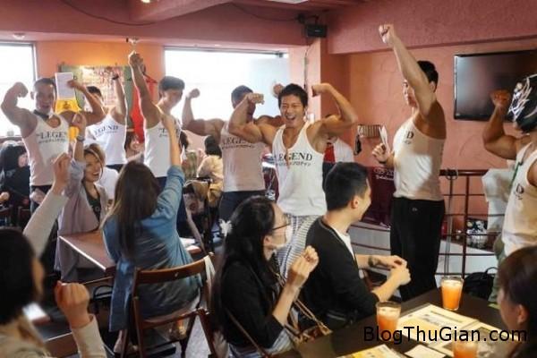 quan cafe trai luc dien thu hut chi em phu nu o nhat ban Quán cà phê toàn trai lực sĩ thu hút đông đảo giới trẻ Nhật