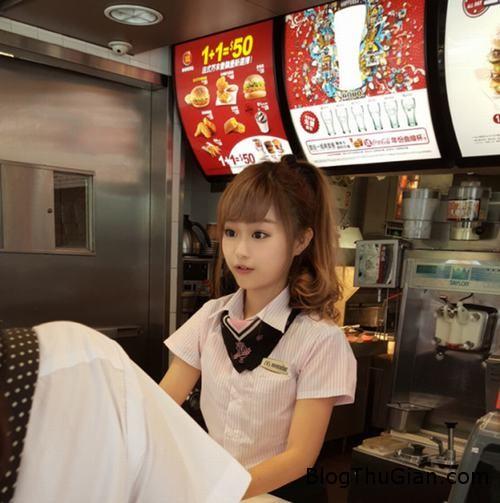 1439802780 1439801620 2 Quán gà rán nổi tiếng nhờ có hotgirl là nhân viên