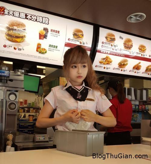 1439802780 1439801620 3 Quán gà rán nổi tiếng nhờ có hotgirl là nhân viên