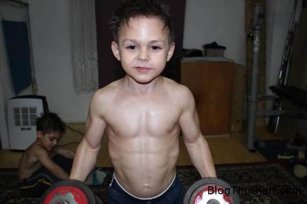 ad 136131201 2292 1401253900 Câu bé 9 tuổi có cơ bụng 6 múi