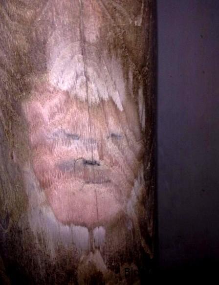 cot1 8304 1403665172 Cột gỗ xoan có hình như mặt người