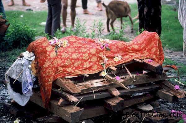 dead 4854 1419389183 Tỉnh dậy khi đang sắp được đưa lên giàn hỏa thiêu