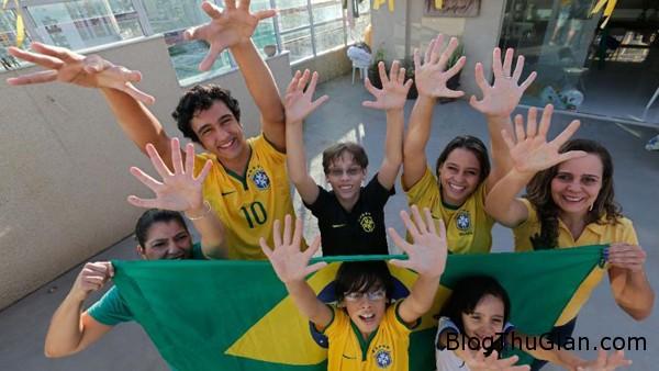 family 5115 1403231408 Gia đình bốn thế hệ đều có bàn tay 6 ngón