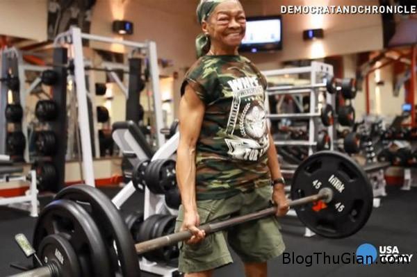 woman 9542 1417677465 Cụ bà 77 tuổi khiến nhiều người kinh ngạc khi nâng tạ 90 kg