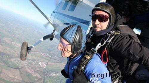 ashes 1462 1385368894 Cụ ông 93 tuổi nhảy dù từ máy bay cùng với tro cốt của vợ quá cố