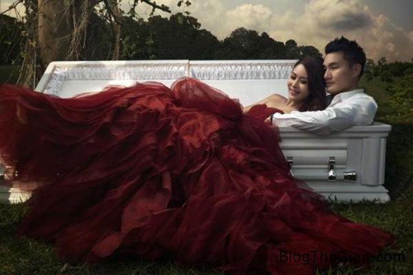 coffin1 4628 1436838133 Chụp ảnh cưới độc đáo bên cạnh cỗ quan tài