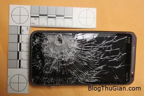 phone1 9214 1383188577 Thoát chết nhờ điện thoại trong túi áo