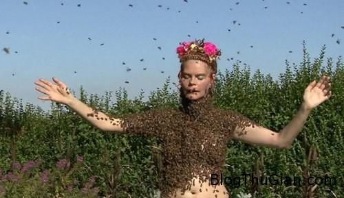 beequeen 193572 1368314818 600x0 Thư giãn bằng cách nude để 12.000 con ong đậu khắp người