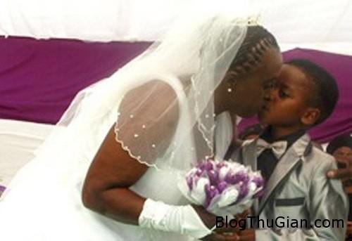 codau3 266697 1368257279 600x0 Đám cưới giữa chú rể 8 tuổi và cô dâu 61 tuổi