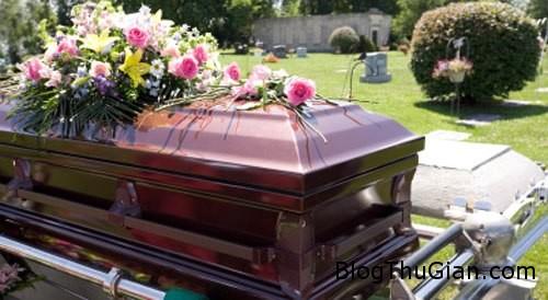 dead 525078 1368253589 600x0 Ngủ cạnh xác mẹ suốt 8 tháng do không đủ chi phí tổ chức tang lễ
