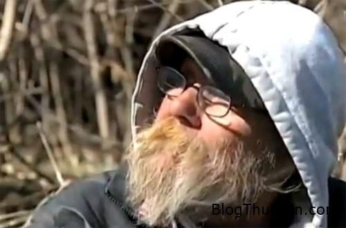 homeless 748668 1368301261 600x0 Ông lão vô gia cư vẫn sống trong túp lều rách dù trúng số hơn 1 tỷ
