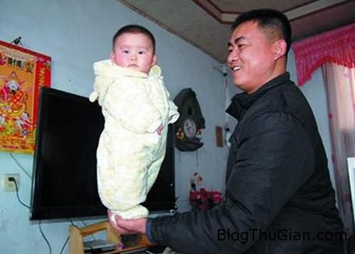 kid 193181 1368277207 600x0 Bé gái 4 tháng tuổi chưa biết đứng nhưng biết làm xiếc trên tay bố