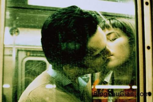 kissing 5758 1379649640 Áo : Phạt tiền nếu bị bắt gặp hôn nhau trên tàu điện