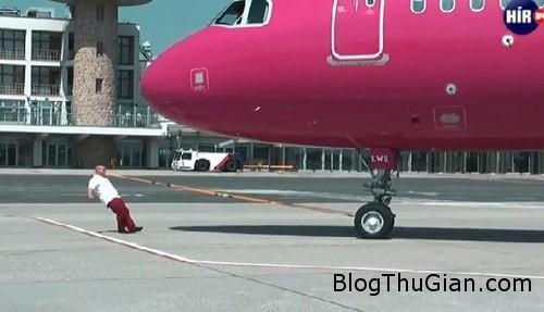 man 777365 1372052262 600x0 Kỷ lục Guiness dùng răng kéo máy bay nặng 50 tấn