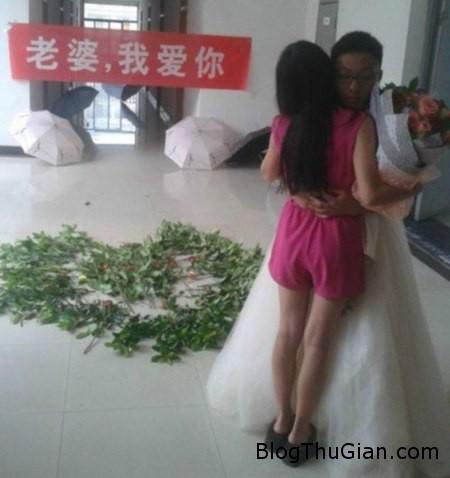 propose1 806397 1371279839 600x0 Mặc váy cưới cầu hôn bạn gái đầy xúc động