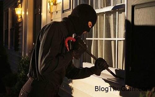 robber1 1374892471 600x0 Trộm dừng lại cho trẻ bú sữa khi đang cướp của