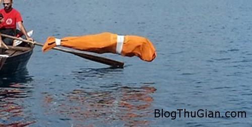 swim1a 5629 1380016657 Bơi hơn 2 km trong tình trạng bị trùm kín