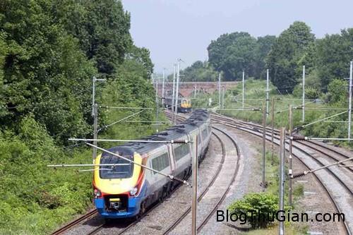 train 1377052355 Thoát chết thần kỳ sau khi bị đoàn tàu đâm thẳng vào người