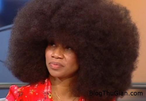 woman 1375862044 600x0 Kỷ lục người có mái tóc xoăn tự nhiên dày nhất thế giới