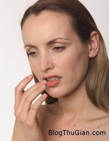 woman 574209 1372664044 600x0 Bôi keo dính lên môi vì nhầm là kem dưỡng