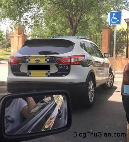 bi phat vi chia se anh xe canh sat dau sai luat len facebook Chia sẻ hình ảnh xe cảnh sát đậu sai luật lên facebook, bị phạt 800 Euro