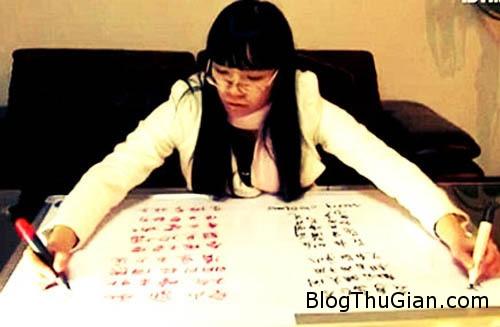 girl 380683 1368217643 500x0 Cô gái dùng hai tay viết hai ngôn ngữ