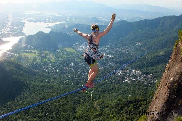 mang giay cao got buoc di tren khong Mang giày cao gót đi thăng bằng trên sợi dây treo lưng chừng trời