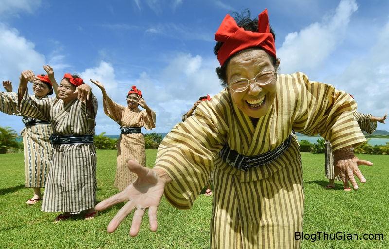 nhom nhac cac cu ba tren 80 noi nhu con o nhat ban Nhóm nhạc nổi như cồn ở Nhật Bản gồm các cụ bà trên 80 tuổi