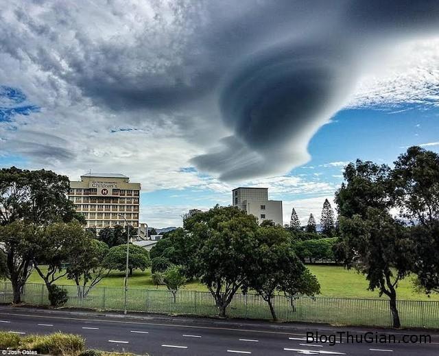thi tran sung sot truoc may dia bay Thị trấn bị xâm lấn bởi những đám mây khổng lồ có hình đĩa bay