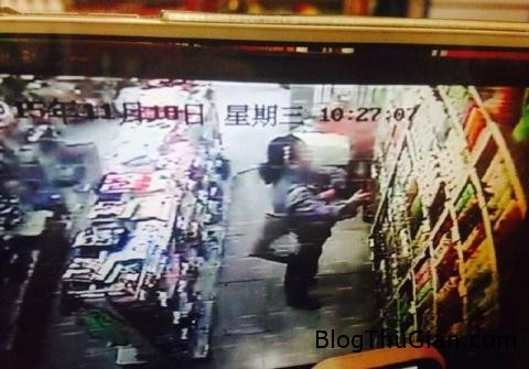 an trom dau goi nguoi phu nu bi troi goc cay 29222434 Nhân viên siêu thị trói người ăn trộm vào gốc cây bêu tên trước cửa