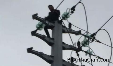 cai nhau voi ban gai cheo len dinh cot dien ngoi 30535450 Bị điện giật vì trèo lên trên đỉnh cột điện sau khi cãi nhau với bạn gái