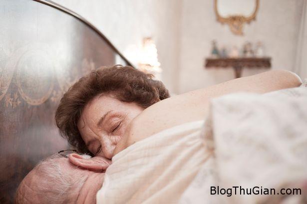 elderly couple kissing in bed 1449459786330 Cụ bà 91 tuổi chết chơi trò tình dục với ông hàng xóm