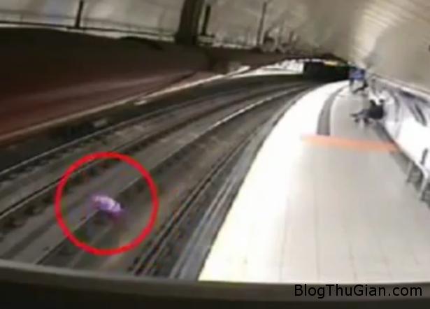ga tau dien dinh tre hang gio vi mot qua bong bay Nhà ga tàu điện tạm dừng hoạt động vì một quả bóng bay