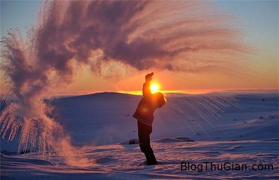 hinh anh ki thu khi do coc nuoc tra nong tai vong bac cuc 2 Hình ảnh đẹp lung linh khi đổ cốc nước trà nóng tại Bắc Cực