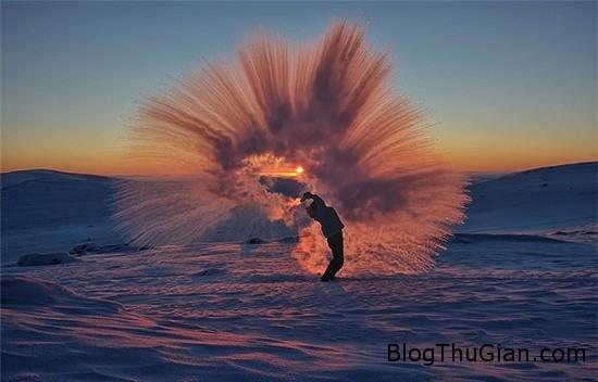 hinh anh ki thu khi do coc nuoc tra nong tai vong bac cuc 3 Hình ảnh đẹp lung linh khi đổ cốc nước trà nóng tại Bắc Cực