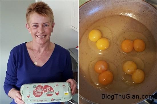 kinh ngac chuc qua trung ga trong mot khay deu co 2 long do 1 Sốc khi mua hộp 10 quả trứng đều có 2 lòng đỏ