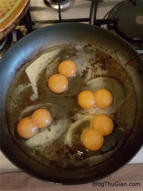 kinh ngac chuc qua trung ga trong mot khay deu co 2 long do 2 Sốc khi mua hộp 10 quả trứng đều có 2 lòng đỏ