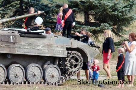 lai xe tang cho con den truong trong ngay dau di hoc Chở con đến trường bằng...xe tăng