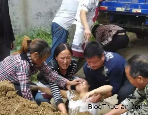 villager chon song ten con do bi cao buoc da thue cua chinh quyen thi tran sau khi tranh chap dia phuong 17237485 Tranh chấp đất đai, một cô gái bị chôn sống