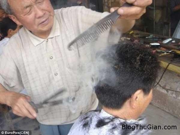 1383365216253 Phương pháp cắt tóc bằng thanh sắt nung đỏ rợn người