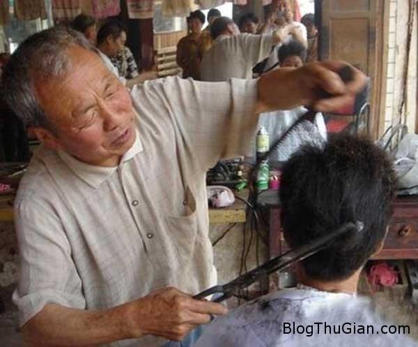 1383365216256 Phương pháp cắt tóc bằng thanh sắt nung đỏ rợn người