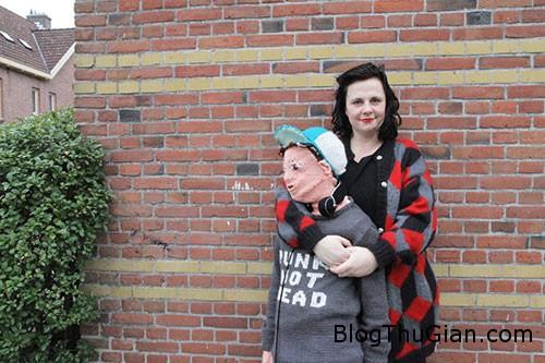 1452819325 1452788307 hinhnom 1  Làm hình nộm giống con trai để ôm hôn cho đã